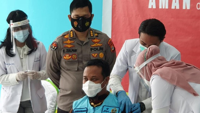Wagub Sulsel Andi Sudirman Sulaiman disuntik vaksin (dok. istimewa).