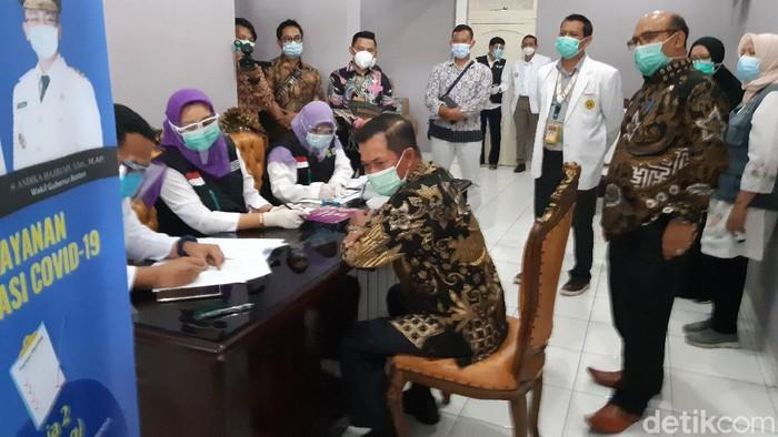 Wali Kota Serang Syafrudin jalani pemeriksaan medis jelang disuntik vaksin COVID-19.