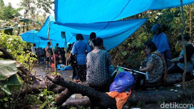 Warga Majene sempat mengungsi ke perbukitan setelah terjadi gempa karena takut terjadi tsunami dan gempa susulan (Abdy Febriady/detikcom)