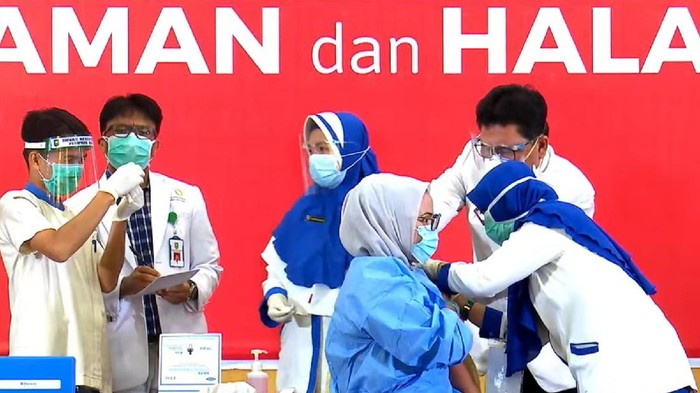 Ade saat penyuntikan vaksin Corona di Riau (Raja Adil-detikcom)