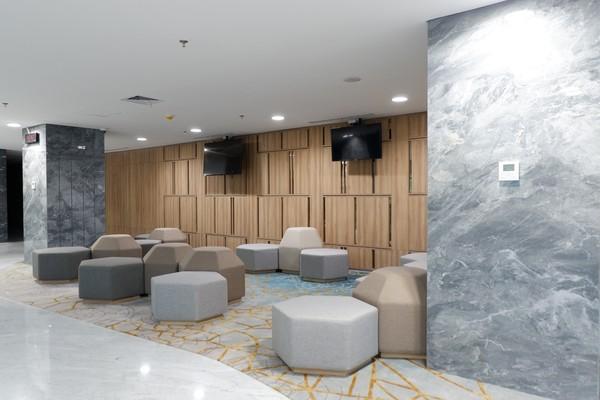 Bila dari terminal kedatangan mancanegara, bisa naik ke lantai mezzanine dan berjalan selama 5-7 menit menuju lobi hotel.