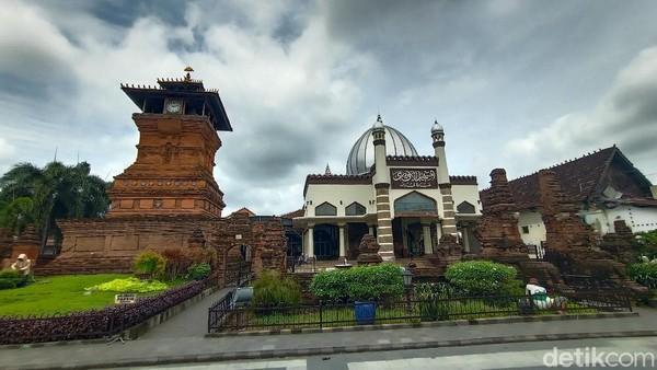 Kelima ada Masjid Menara Kudus. Keunikan masjid ini terdapat pada bangunan menaranya yang mirip dengan candi. Dian Utoro Aji/detikcom
