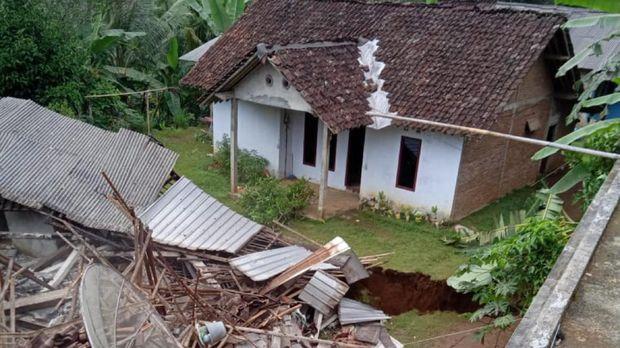 Belasan rumah rusak dan dua lainnya roboh karena tanah bergerak di Purworejo, Jumat (15/1/2021).