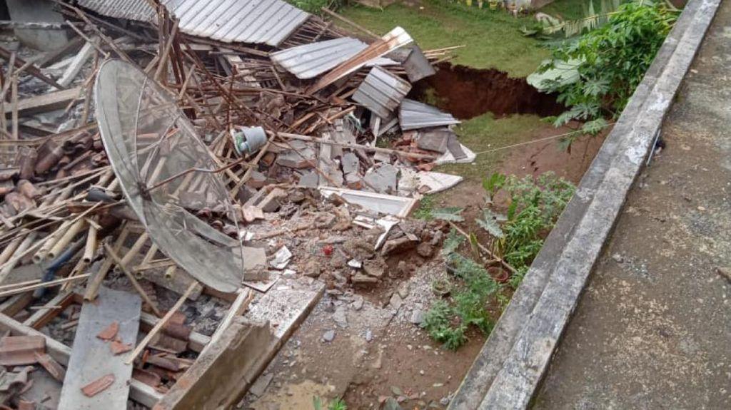 Detik-detik Rumah Ambruk Gegara Tanah Gerak di Purworejo Terekam Video Warga