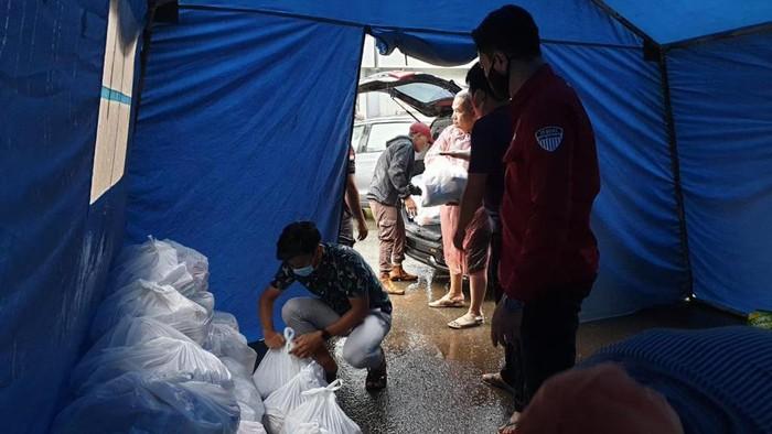 Pegawai BNI menyalurkan bantuan kepada korban banjir di Banjarbaru, Kalimantan Selatan, pada Jumat (15 Januari 2021). Bantuan yang diberikan terdiri dari sembako, selimut dan tikar, makanan pokok atau siap saji, masker, popok bayi, obat-obatan, vitamin, serta kebutuhan penting lainnya.