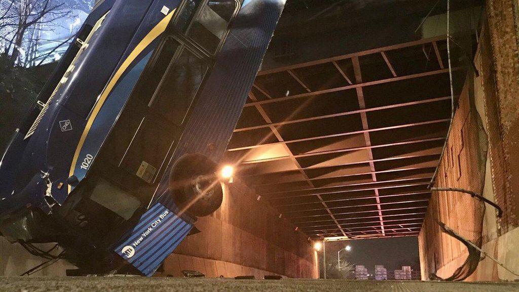 Ngeri! Bus Gandeng di New York Jatuh-Menggelantung di Jembatan Layang