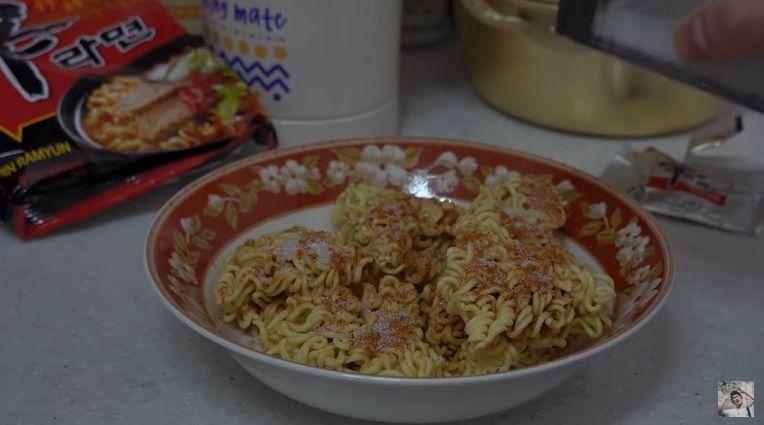 Cara Makan Mie Instan ala Anak Kosan Korea