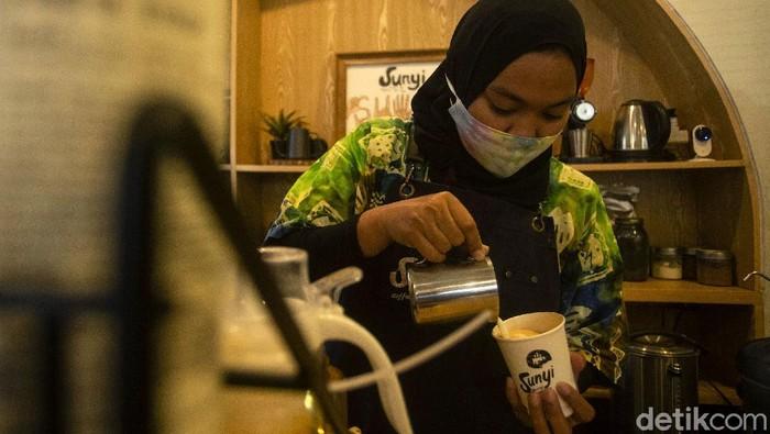 Sunyi House of Coffee and Hope diketahui mempekerjakan para penyandang disabilitas. Di sana mereka bekerja sebagai pembuat kopi hingga juru parkir.