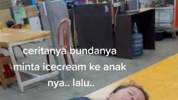 Drama Abis! Bocah Ini Pura-pura Pingsan Saat Es Krimnya Diminta Sang Ibu