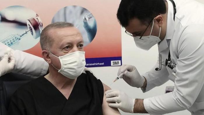 Erdogan disuntik vaksin Corona buatan Sinovac (AP Photo)
