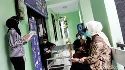 Sebanyak 14 tenaga medis di Depok menjalani proses vaksinasi COVID-19. Para tenaga medis itu juga disuntik vaksin Sinovac buatan China seperti Jokowi.
