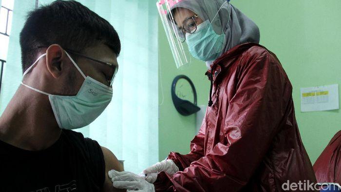 Sebanyak 14 tenaga medis di Depok menjalani proses vaksinasi COVID-19. Para tenaga medis itu disuntik vaksin Sinovac.