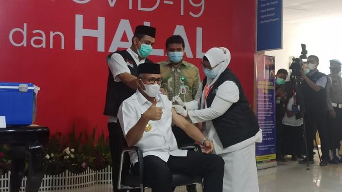 Gubernur Aceh Nova Iriansyah disuntik vaksin Corona (Agus Setyadi-detikcom)