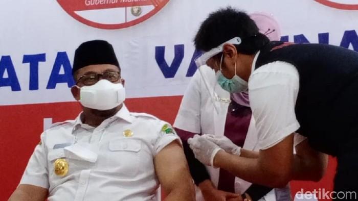 Gubernur Maluku Murad Ismail menjadi orang pertama yang disuntik vaksin COVID-19 di Maluku (Muslimin Abbas/detikcom)