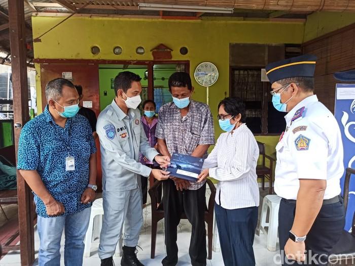 Jasa Raharja serahkan santunan kepada keluarga pramugari Sriwijaya Air SJ182 Mia Trestyani Wadu (Angga Riza/detikcom)
