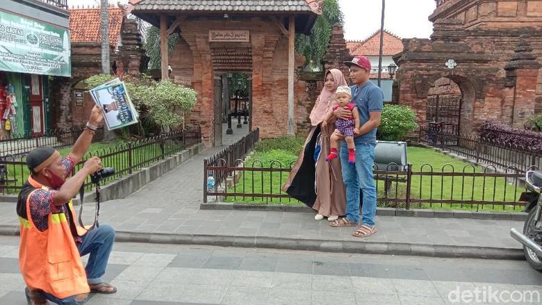 Juru foto di kawasan Menara Sunan Kudus, Jumat (15/1/2021)