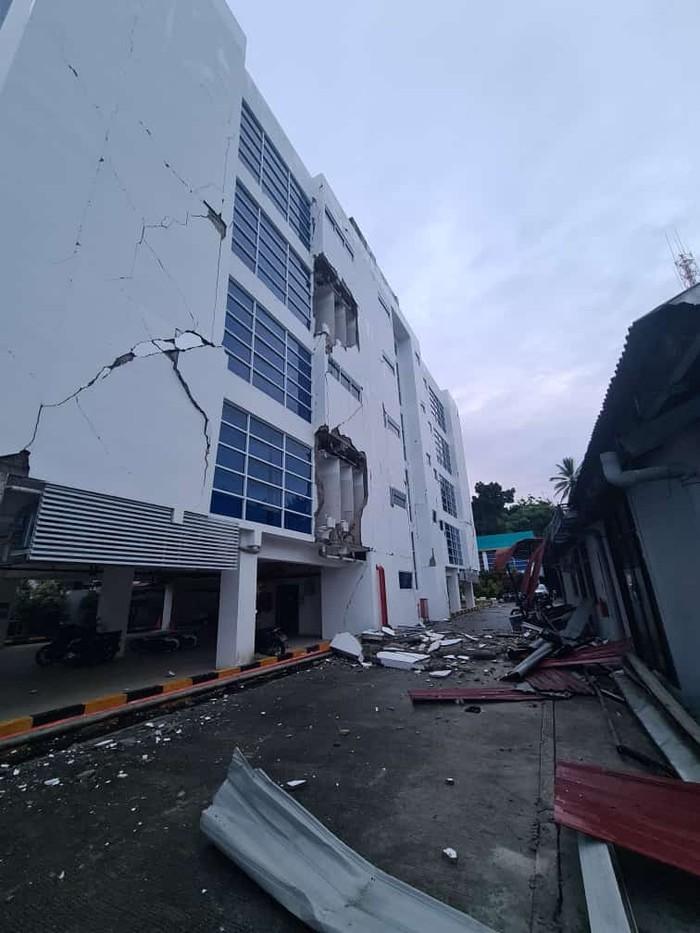 Kantor PLN Mamuju rusak akibat gempa