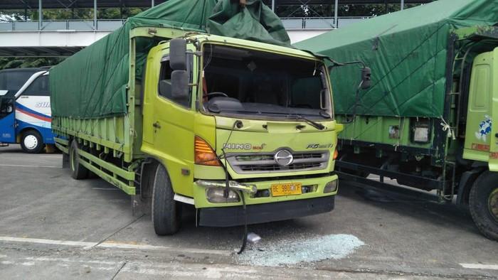 Kapal Feri Tabrak Pancang Pemecah Ombak di Merak, 15 Kendaraan Rusak(Foto: M Iqbal/detikcom)