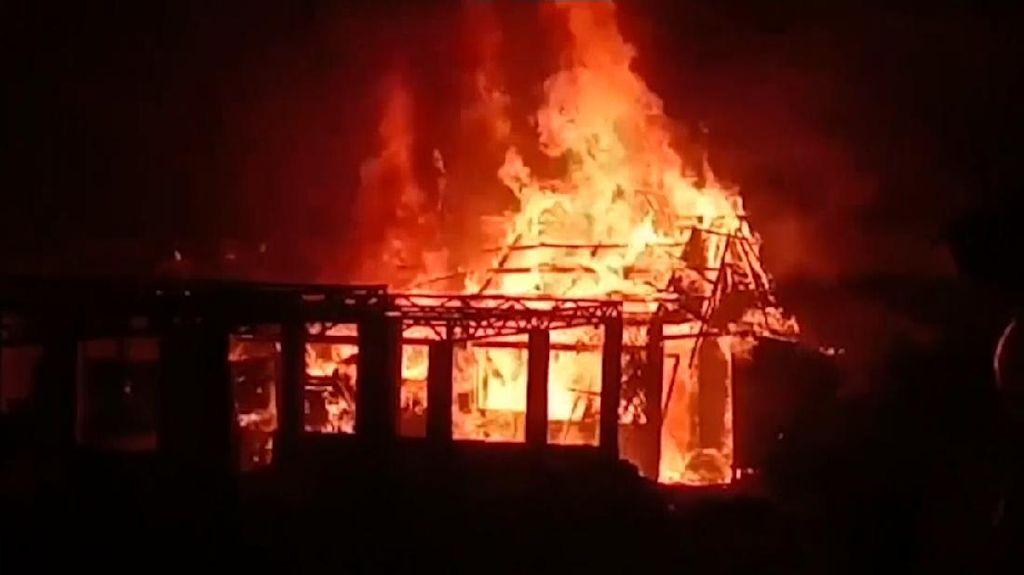Lapak Kayu di Pondok Ranggon Dilalap Si Jago Merah