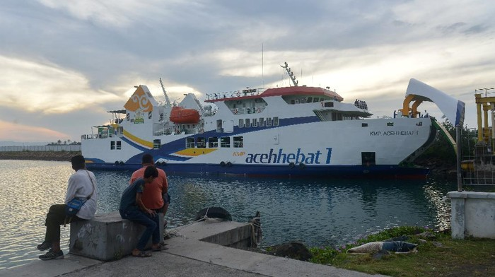 Petugas pelabuhan berada di kapal KMP Aceh Hebat-1 saat kedatangan kapal tersebut, di pelabuhan penyeberangan Ulee Lheue, Banda Aceh, Aceh, Jumat (15/1/2021). Pengadaan tiga kapal baru, KMP Aceh Hebat -1, KMP Aceh Hebat-2 dan KMP Aceh Hebat-3 menggunakan anggaran APBA senilai 178 miliar itu nantinya akan segera dioperasikan untuk transportasi wilayah terluar di Aceh,  yakni pulau Sabang, pulau Simeulue dan pulau Banyak. ANTARA FOTO/Ampelsa/hp.