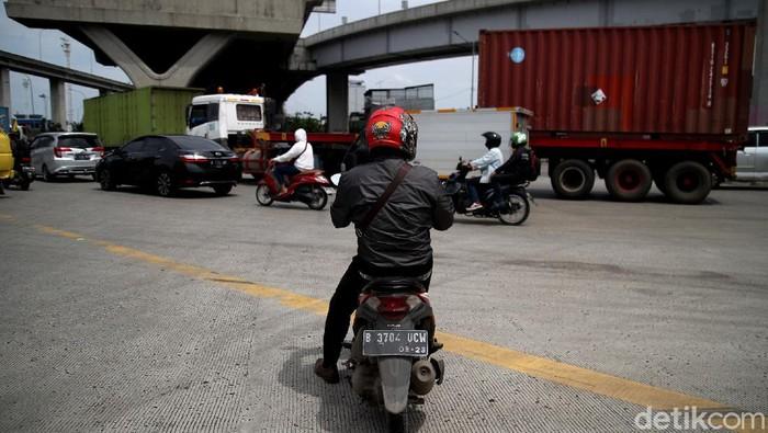 Para pengemudi kerap kali harus memelankan kendaraan saat melintasi persimpangan JICT Tanjung Priok, Jakarta Utara, karena di sana tak ada lampu lalu lintas.