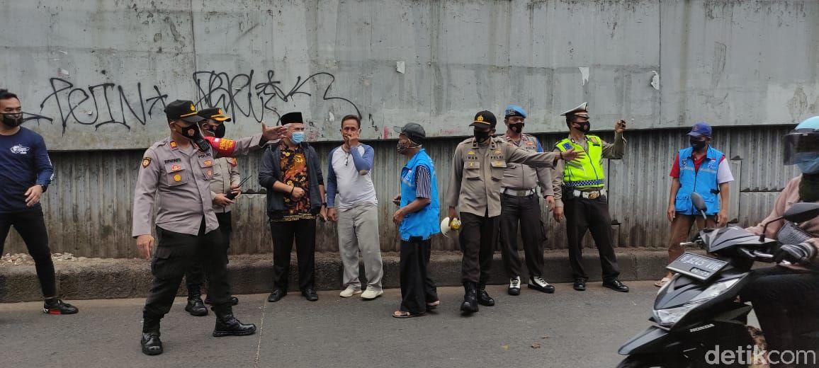 Kerja bakti membersihkan sampah di jalanan bawah flyover Ciputat dan Jl Dewi Sartika. (Taufieq RA/detikcom)