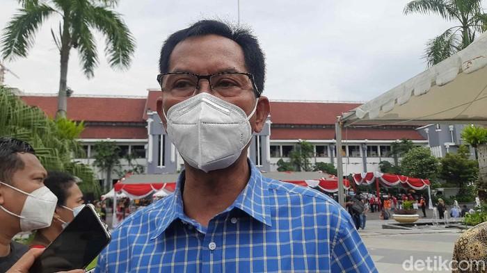 Ketua DPRD Surabaya Adi Sutarwijono sempat tak lolos screening vaksinasi COVID-19. Itu karena tensi darah yang cukup tinggi.