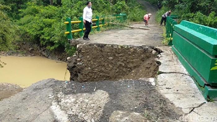Kondisi jembatan penghubung desa di Pemalang, Jawa Tengah, yang ambrol, Jumat (15/1/2021).