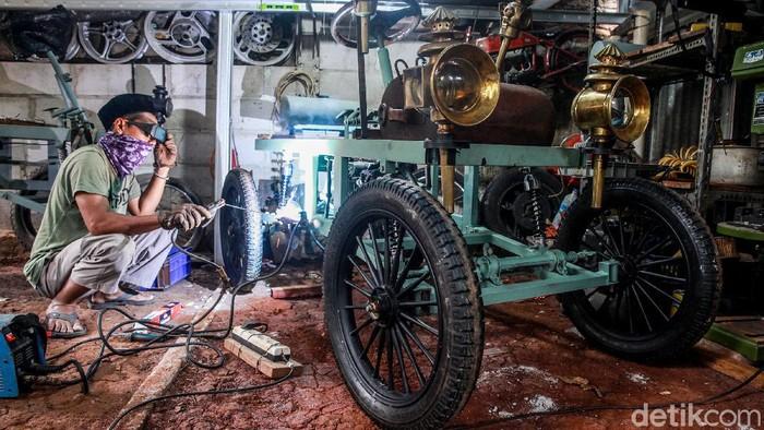 Siapa sangka mesin ATV dapat disulap jadi replika mobil kuno yang unik nan apik. Penasaran seperti apa pembuatannya? Lihat yuk.