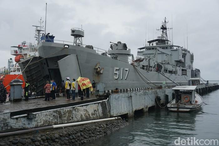 KRI Teluk Ende berangkat dari Lantamal IV Makassar menuju Mamuju dengan membawa bantuan 30 ton berupa obat dan sembako untuk korban gempa (Hermawan Mappiwali/detikcom)