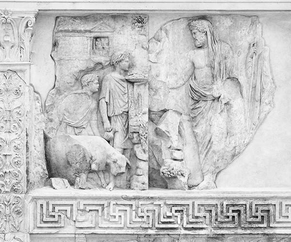 Mausoleo Augusto didedikasikan untuk Augustus, juga dikenal sebagai Oktavianus yang mengambil kendali kekuasaan di Roma dari Julius Caesar, kemudian secara efektif mengubah Republik Romawi menjadi Kekaisaran Romawi. Augustus sendiri memerintahkan pembangunan bangunan itu lebih dari tiga puluh tahun sebelum kematiannya pada 14 M dan dimakamkan di sana bersama dengan anggota dinastinya, Julio Claudians.
