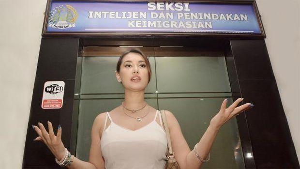 Maria Ozawa saat diperiksa di imigrasi Bali tahun 2018 silam.