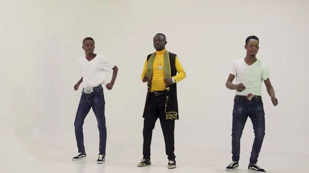 Mark Ngwazi di video klip Taurai Madzoka.