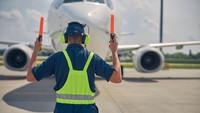 5 Fakta dan Syarat Jadi Marshaller Si Tukang Parkir Pesawat