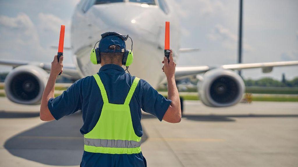 Tukang Parkir Pesawat