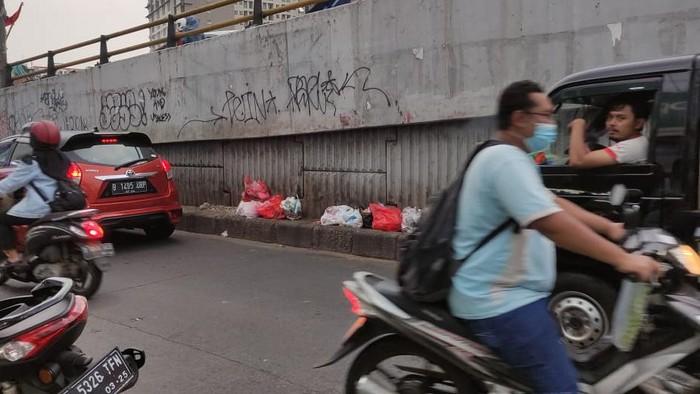 Masih ada sampah di bawah Flyover Ciputat meski sudah disediakan tempat sampah.
