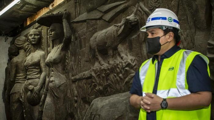 Menteri BUMN Erick Thohir meninjau lokasi penemuan relief di gedung Sarinah, Jakarta, Kamis (14/1/2021). Relief tersebut akan direstorasi dan dipamerkan kepada publik saat pemugaran gedung Sarinah rampung. ANTARA FOTO/Dhemas Reviyanto/wsj.