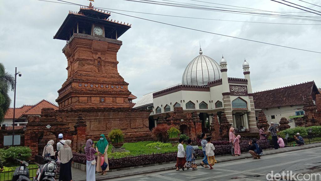 Objek wisata Masjid, Makam, dan Menara Kudus, Jumat (15/1/2021)