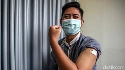 Proses vaksinasi COVID-19 digelar di Puskesmas Kebayoran Lama, Jakarta. Para tenaga kesehatan mendapat suntikan vaksin COVID-19 dosis pertama.
