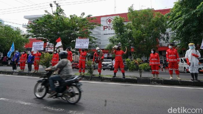 Pemerintah tengah menggenjot donor plasma konvalesen. Belasan relawan PMI Kota Surakarta pun melakukan aksi mengkampanyekan donor darah plasma.