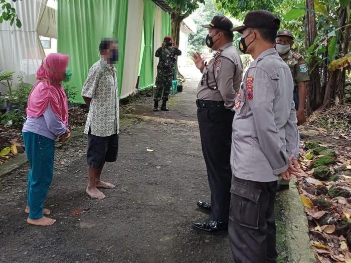 Polisi Purbalingga bubarkan hajatan warga di masa PPKM, Jumat (15/1/2021).