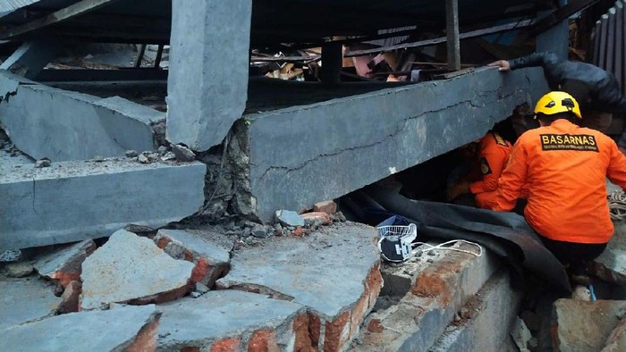 Basarnas melakukan evakuasi para korban gempa yang tertimbun reruntuhan bangunan di Majene, Sulawesi Barat. Gempa dengan magnitudo (M) 6,2 di Majene, Sulbar.