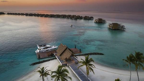 Tak hanya stay di penginapan dan berkeliling dengan perahu, wisatawan juga bisa diving sampai naik kapal pesiar. (CNN)