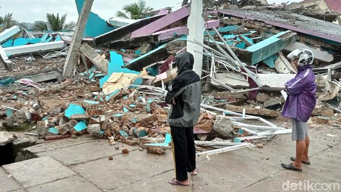 Warga mengamati Gedung Kantor Gubernur Sulawesi Barat yang rusak akibat gempa bumi,  di Mamuju, Sulawesi Barat, Jumat (15/1/2021). Petugas BPBD SUlawesi Barat masih mendata jumlah kerusakan dan korban akibat gempa bumi berkekuatan magnitudo 6,2 tersebut. ANTARA FOTO/Akbar Tado/wpa/hp.