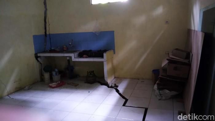 Tanah gerak terjadi di Desa Banjaran, Kecamatan Bojongsari, Purbalingga, Jateng. Akibatnya 40 rumah dan fasilitas umum seperti jalan dan jembatan retak-retak.