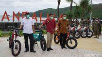 Aksi Sandiaga Uno Jajal Mini Triatlon di Mandalika