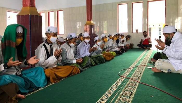 Santri di Kabupaten Porbolinggo Gelar Salat Gaib Doakan Syekh Ali Jaber (Foto: M Rofiq/detikcom)