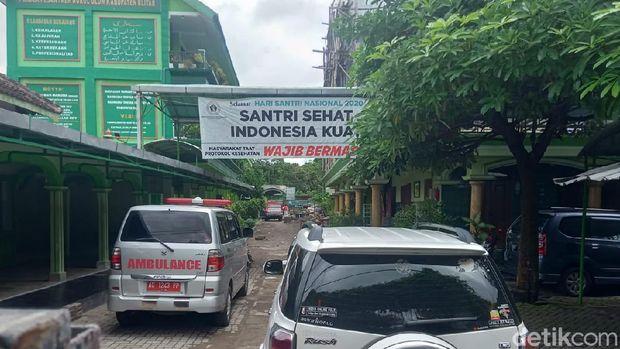 Sejumlah warga mendatangi Ponpes Nurul Ulum di Desa Kedungbunder, Blitar, Jatim. Mereka menolak ponpes dijadikan lokasi isolasi pasien umum yang positif COVID-19 (Erliana Riady/detikcom)