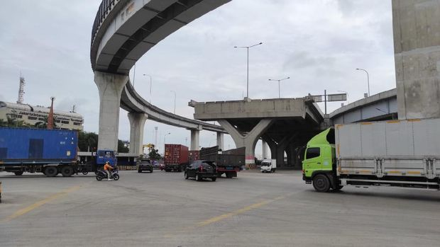 Simpang JICT tanpa lampu lalu lintas atau traffic light.  Padahal lokasi itu ramai dengan truk-truk kontainer.