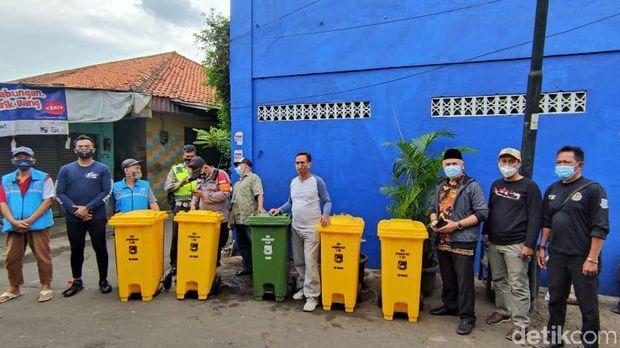 Tong-tong sampah di gang permukiman dekat flyover Ciputat, solusi perilaku buang sampah di dekat Pasar Ciputat ini. (Taufieq Renaldi Arfiansyah/detikcom)